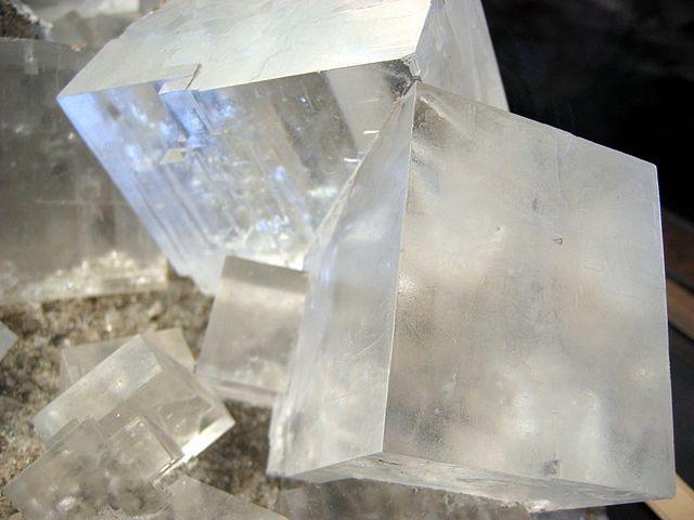 640px-Rock_salt_crystal